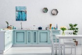 interiér tyrkysové a bílé kuchyně je plná slunce