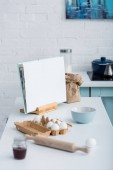 prázdné otevřené kuchařka na stole s nádobím a pekárna ingredience