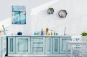 interiér elegantní kuchyně s nádobím, výzdobou a slunečního záření