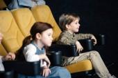 Fotografie selektiven Fokus von zwei Freunden zusammen Film im Kino ansehen