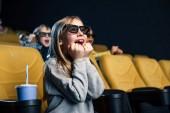 nadšený multikulturní přátelé v 3d brýle sledování filmu v kině dohromady