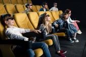 Veselá multikulturní přátelé v 3d brýle sledování filmu v kině