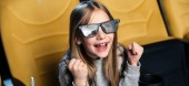 panoramatický záběr exited dítěte v 3d brýle sledování filmu v kině
