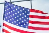 közelről csillagok és csíkok az Amerika zászlaja közelében épület-val Windows