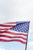 národní vlajka Ameriky s hvězdami a pruhy proti obloze