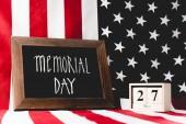 Pamětní den v chalkě u kostek s datem a vlajkou Ameriky s hvězdami a pruhy