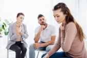 a nők és férfiak csoportterápia munkamenetben székeken ülnek