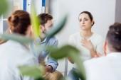 Selektivní fokus ženy ukázal během setkání skupinová terapie