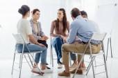 lidí, kteří sedí v kruhu během podporu skupinová terapie setkání