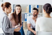 Fotografia gruppo di persone sedute a parlare durante la riunione di terapia