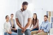 Selektivní fokus člověka podíval jinam, zatímco lidé sedí během skupinové terapie