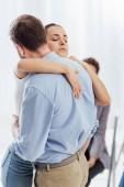 Selektivní fokus žena a muž objímá během terapie setkání