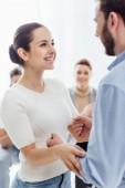 Selektivní fokus šťastná žena, drželi se za ruce s člověkem během terapie setkání