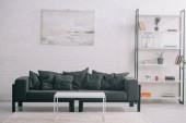 černá rozkládací konferenční stolek a stojan v moderním obývacím pokoji