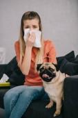szelektív összpontosít, szőke lány allergikus-hoz ül imádnivaló mopsz kutya