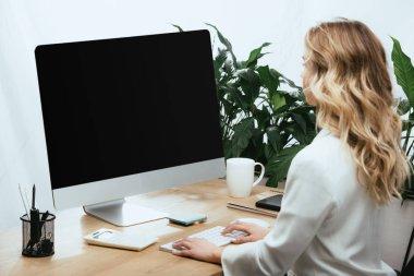 """Картина, постер, плакат, фотообои """"Взрослая женщина, используя компьютер с пустой экран в офисе """", артикул 254307512"""