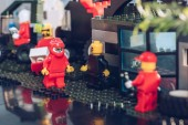 Kyjev, Ukrajina-15. března 2019: selektivní zaměření LEGO miničíslic pracujících v servisním stanovišti