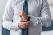 oříznutý pohled obchodníka na formální nošení dotek hodinek