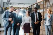 hivatalban álló multikulturális csoport, üzletasszonyok