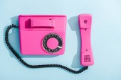 Nejlepší pohled na fialový telefon s modrou barvou