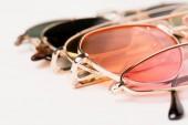 válogatós összpontosít-ból elegáns színdús napszemüveg-ra fehér felszín