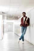 teljes hosszában tekintettel az afrikai-amerikai hallgató hátizsák a folyosón az egyetemi
