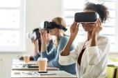 selektiver Fokus multiethnischer Studenten mit vr-Headsets an der Universität