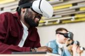 selektivní zaměření usmívajícího se multikulturního studenta pomocí čelních sluchátek