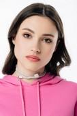 seriózní mladá dívka s kabelem USB na krku, která se dívá na fotoaparát izolovaný na bílém