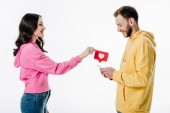 Seitenansicht von hübschen Mädchen geben rotes Papier geschnitten Karte mit Herz-Symbol zu Freund mit Smartphone isoliert auf weiß