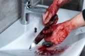 oříznutý pohled na zabijácký nůž ve dřezu po vraždě