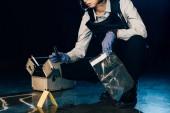 ostříhané zobrazení vyšetřovatele držící nůž a pytlíku Bag na místě činu