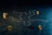 křídový obrys a značkovače důkazů na místě činu