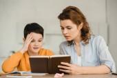szép nő aranyos fia olvasatban könyvet mindeközben iskolai együtt