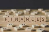 výběrový výběr financí nápis na kostky obklopený bloky s písmeny na dřevěné ploše izolované na černém