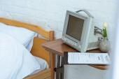 postel, lékařské vybavení, květina a schránka na klinice