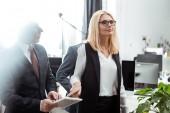 selektivní zaměření atraktivní organizační ženy ukazující prstem na digitální tabletové blízké partnery