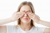 mladá dívka pokrývající oči s rukama izolovanými na bílém