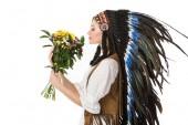 Seitenansicht von hübschen Boho-Mädchen in indischer Kopfbedeckung mit Blumen isoliert auf weiß