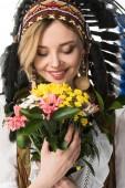 charmantes Mädchen in indischer Kopfbedeckung mit Blumen auf weißem Grund