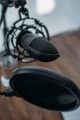 közeli kilátás a mikrofon membránnal a rádióstúdióban