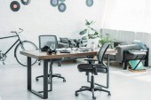 Photo spacious furnished radio studio with table, office chairs and sofa