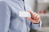 részleges kilátás üzletember gazdaság fehér üres névjegykártyát hivatalban