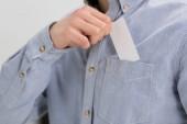 levágott kilátás üzletember egyre fehér üres névjegykártyát a zsebéből