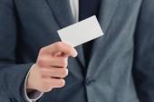 nyírt kilátás üzletember bemutató üres névjegykártyát a kamera