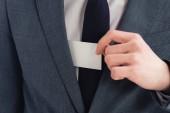 részleges kilátás az üzletember a ruha gazdaság fehér üres névjegykártyát