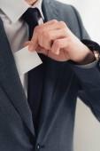 nyírt kilátás üzletember öltöny gazdaságban fehér üres névjegykártyát