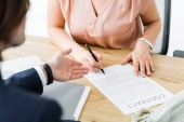 oříznutý pohled podnikatelé podepsání smlouvy v kanceláři
