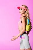 gyönyörű lány Sun Visor kalap a hátizsák elszigetelt rózsaszín, baba koncepció