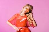 schöne Mädchen posiert mit Lutscher isoliert auf rosa, Puppe Konzept